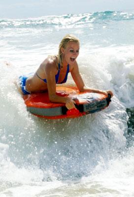 Wassersporterlin mit einem BUGZ Surfster Bodyboard in den Wellen